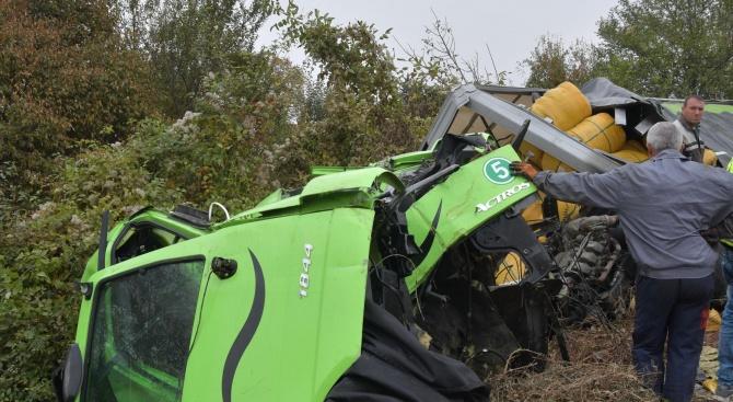 Шофьорът на тира, преобърнал се край Казичене, е в тежко състояние