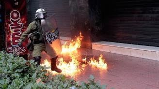 """Атакуваха с коктейли """"Молотов"""" полицейски участък в Атина"""