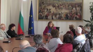 Илияна Йотова разговаря с председатели на пенсионерски клубове (снимка)