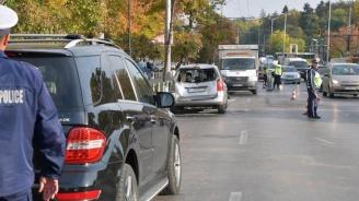 Автомобил се обърна пред Паметника на Съветската армия (снимки)
