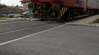 Влак удари бус на жп прелез