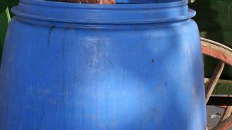 Откриха бидони с 1,7 млн. долара на бряг на Тихия океан