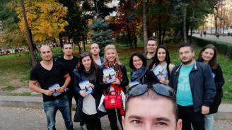 """Младежите от ГЕРБ раздаваха флаери с информация за трафика на хора по """"Витошка"""""""