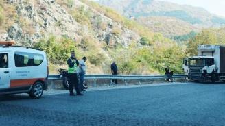 Моторист се сблъска с ТИР на пътя Банско - Гоце Делчев (снимки)