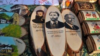 Ликът на комунистическия диктатор Живков цъфна до Ботев и Левски (снимки)