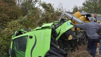 Няма опасност за живота на шофьора, пострадал при катастрофа край Казичене (снимки)