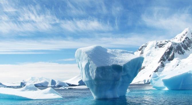 НАСА засне айсберг във формата на плоча (снимка)