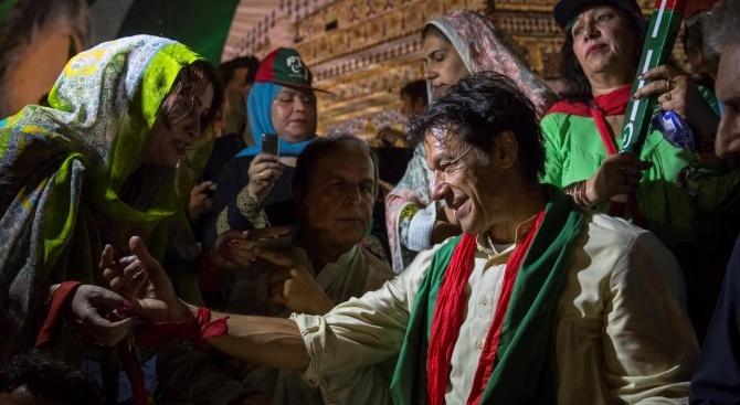 Пакистанският министър-председател Имран Хан замина за Саудитска Арабия, за да