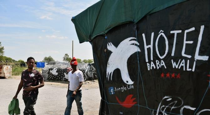 Френски полицаи влязоха в импровизиран мигрантски лагер край пристанищния град