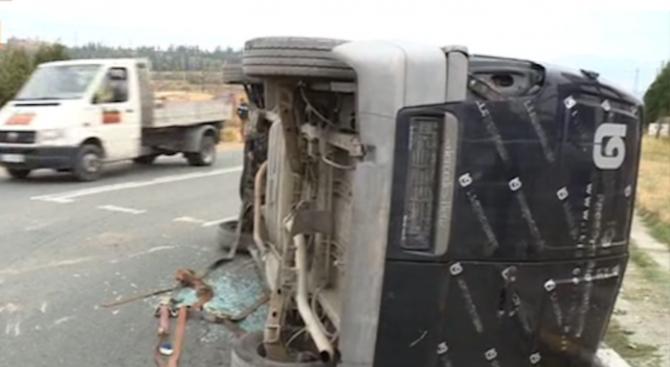 Платформа, превозваща два микробуса, катастрофира край Благоевград на един от