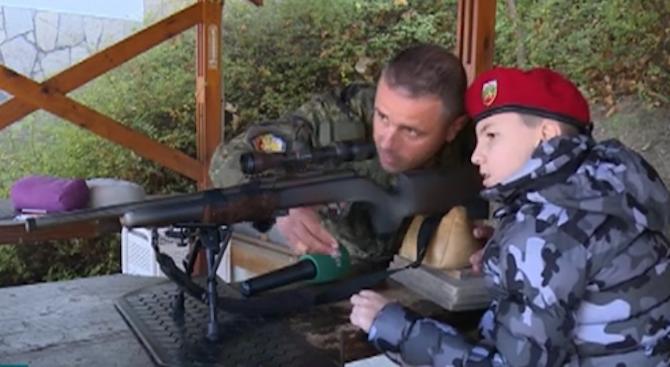 Едно болно дете получи първия си урок стрелба от ефрейтор