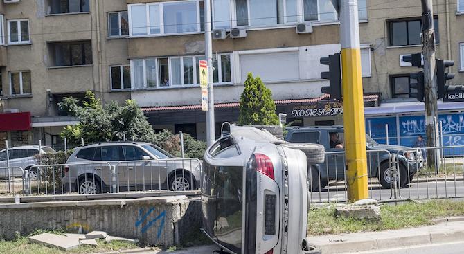 Автомобил се преобърна в Пловдив, има пострадали