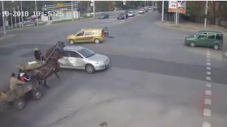 Каруци връхлетяха върху кола в Хасково (видео)