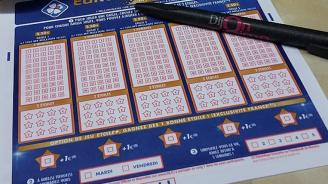 Рекорден джакпот в две американски лотарии кара хората да се редят на дълги опашки за билети