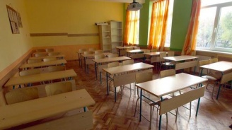 Обиди накарали ученика да забие химикал в лицето на съученика си