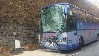 Автобус и циментовоз се удариха челно в жестока катастрофа край София (снимки+видео)
