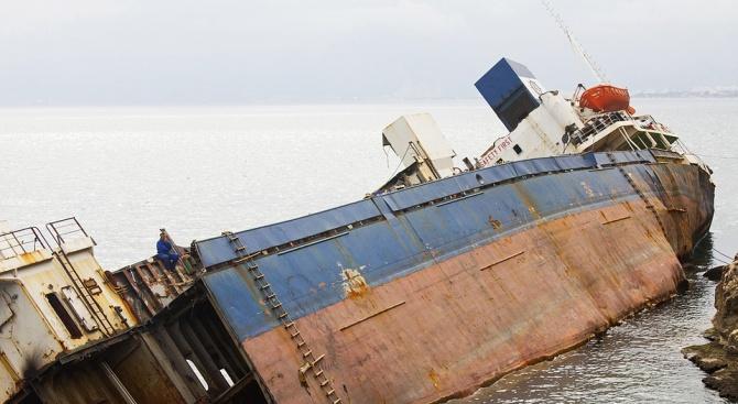 Норвежка фрегата се сблъска с петролен танкер