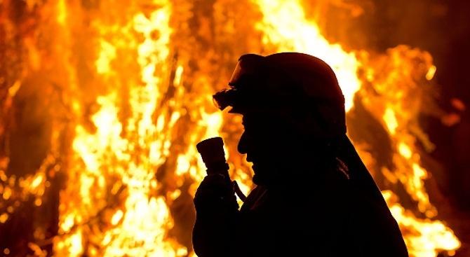 Голям горски пожар бушува в Калифорния (видео)