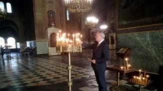 Председателят на ПП АБВ Румен Петков запали свещ в памет на патриарх Максим