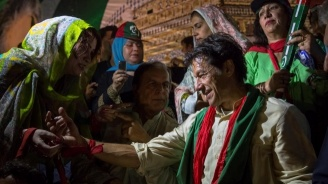 """Уволниха директора на пакистанската телевизия заради екранен надпис, според  който премиерът Хан """"проси"""" помощ в Пекин"""
