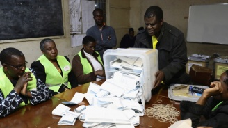 Двама бивши президенти водят на президентските избори в Мадагаскар