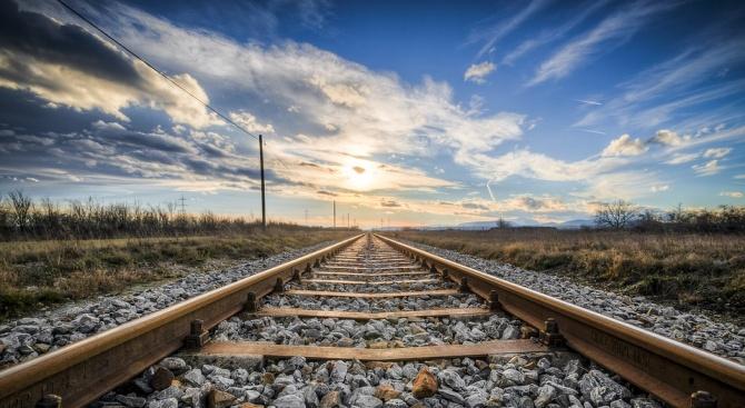 Влак, натоварен с желязна руда на миннодобивната компания Би Ейч