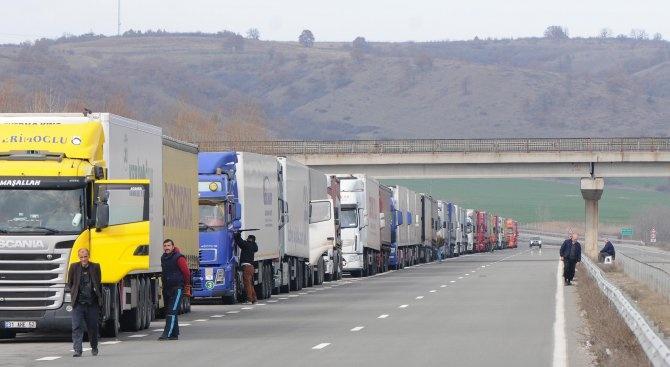 Интензивен е трафикът за товарни автомобили по границата с Румъния