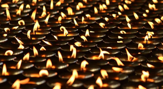 Индийци поставиха световен рекорд, като запалиха 300 150 глинени лампи