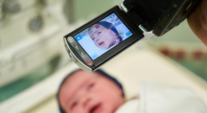 Бъдещи майки влизат в родилните отделения със скрита камера. Така