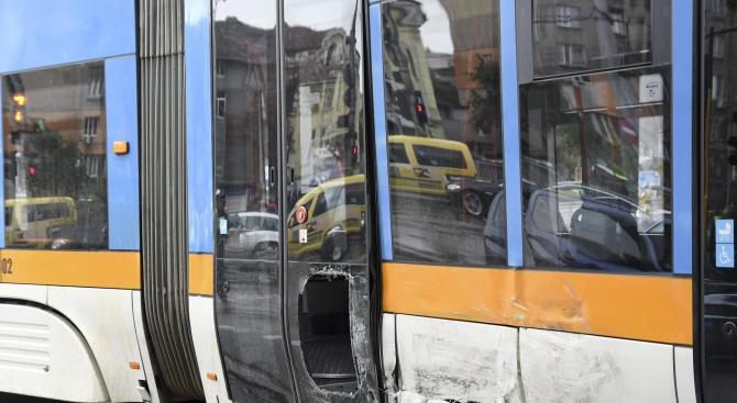 Трамвай се заби в стълб в София (снимки)