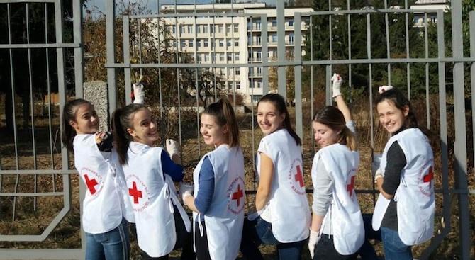 """Членове на Българския младежки червен кръст при СУ """"Братя Каназиреви"""""""