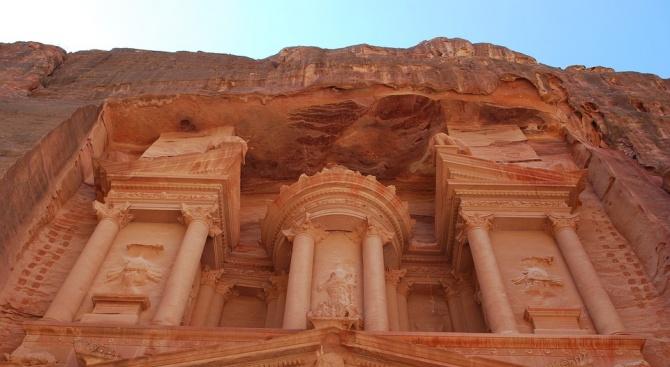 Четирима души загинаха и стотици туристи, отишли да видят древния
