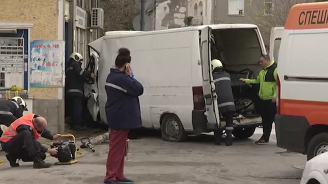 Бус с нафта се разби до полицейски участък в Горна Оряховица