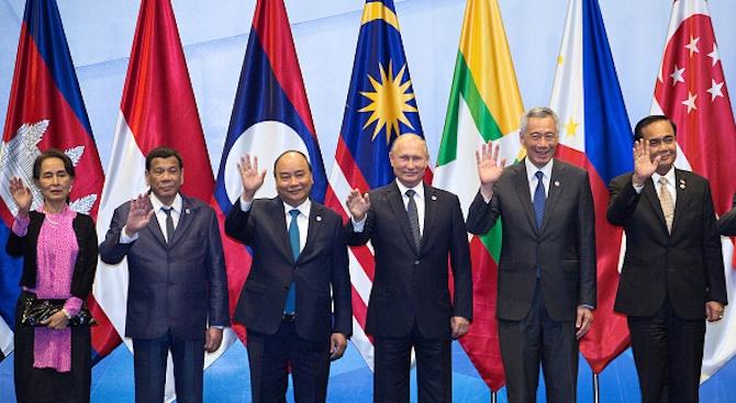 Владимир Путин и Майк Пенс се ръкуваха на гала вечерята преди форума на АСЕАН в Сингапур