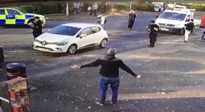 Британец размаха меч на улицата, полицията го простреля (видео)