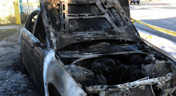 Лек автомобил изгоря пред жилищен блок в Разград
