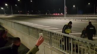 Вижте как полицай спаси протестиращ мъж от колегите си (снимки+видео)