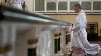 Малтийски свещеник на Porsche забърка скандал с деца в Малта (видео)