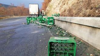 Камион разсипа каси с бира на пътя Симитли - Банско (снимки)