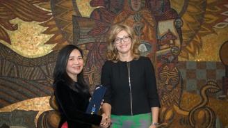 Екатерина Захариева връчи Златна лаврова клонка на посланика на Виетнам
