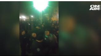 Вижте как полицаи свалиха каски в знак на солидарност с протеста (видео)