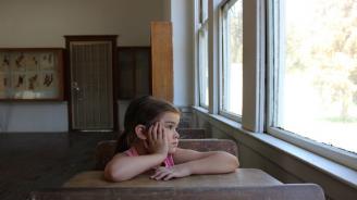 Държавата спира помощта за сираци, ако не посещават училище