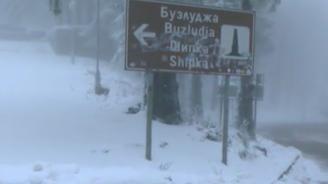 Сняг натрупа на прохода Шипка