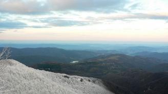 Десетсантиметрова снежна покривка и мъгла има в планината в Габровско
