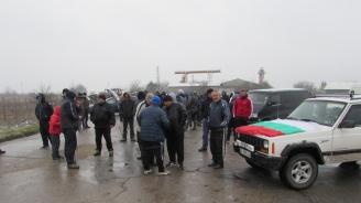 Автомобили и селскостопанска техника затвориха пътя Русе-Кубрат (снимки)