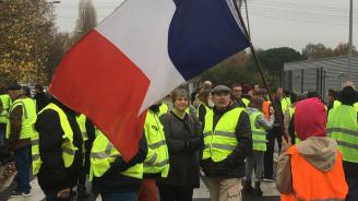 """Протестиращи срещу цените на горивата на митинг край Елисейския дворец, пеят """"Марсилезата"""""""