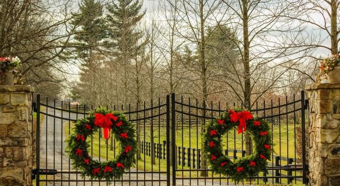 Започна поставянето на коледно-новогодишната украса в Шумен, съобщиха от общинския