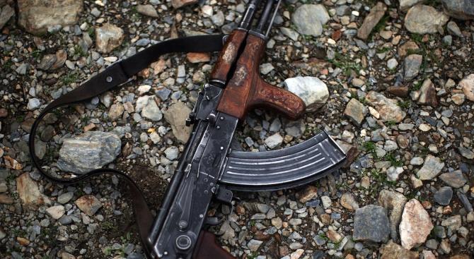 Лагерниците, някои облечени в бойни униформи, внимателно насочват пушките си.