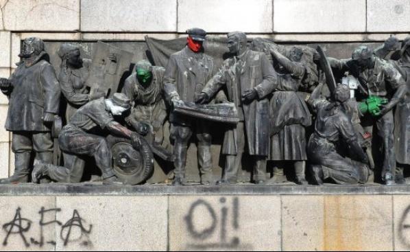 Отново драскаха по паметника на Съветската армия в София. Вчера