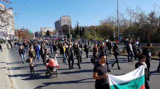 Протестиращи в Шумен нахлуха в областната управа на града